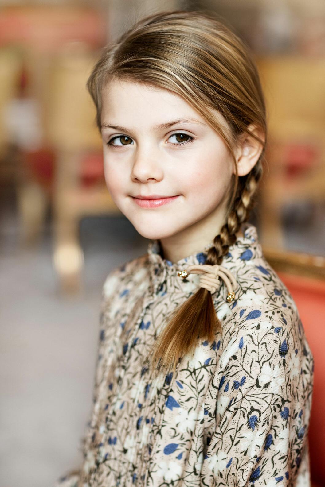 Födelsedagsbilden på prinsessan Estelle 8 år hemma på Haga slott.