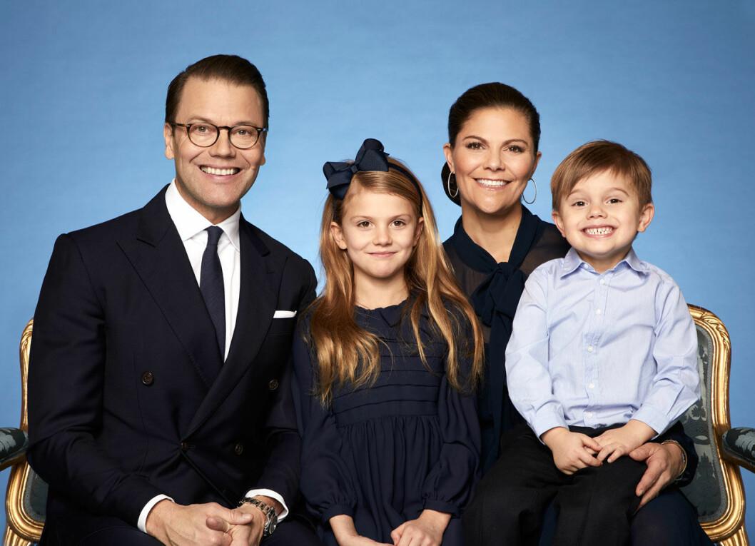 Kronprinsessan Victoria, prins Daniel, prinsessan Estelle och prins Oscar på nya officiella bilden.