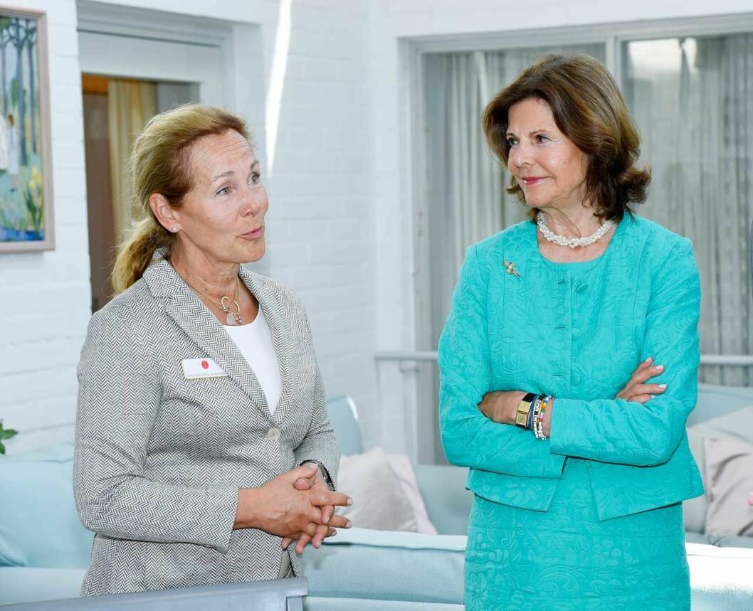Silviahemmets rektor Wilhelmina Hoffman med drottning Silvia.